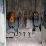 Небольшая коллекция принесенных статуэток в Зале 1000 Будд