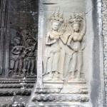 Апсары на всех стенах на 2-м уровне храма